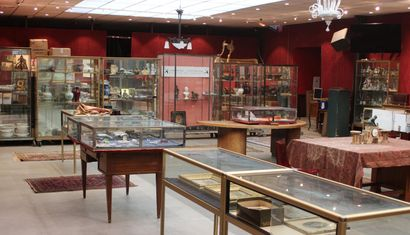 GOLD JEWELLERY - SHOWCASE OBJECTS - GOLD AND SILVER COINS - ANTIQUE POSTCARDS - ART OBJECTS & FURNISHINGS - PAINTINGS & PRINTS - FURNITURE