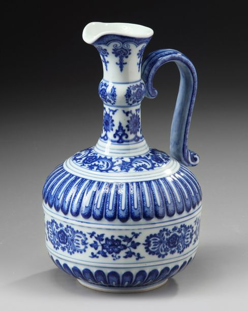 A Chinese blue and white ewer A Chinese porcelain ewer with a s-shaped handle and…