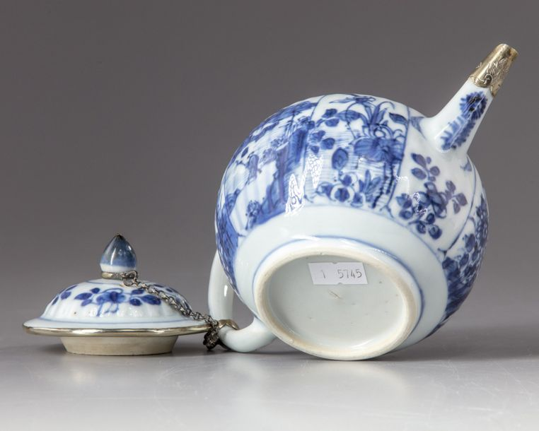 A Chinese blue and white teapot and cover A Chinese porcelain teapot with a cover,…