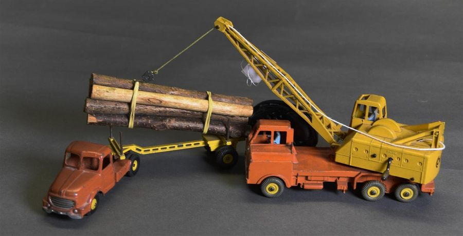 DINKY TOYS - ENGLAND & FRANCE Lot de deux comprenant : - Lorry mounted crane - Camion…