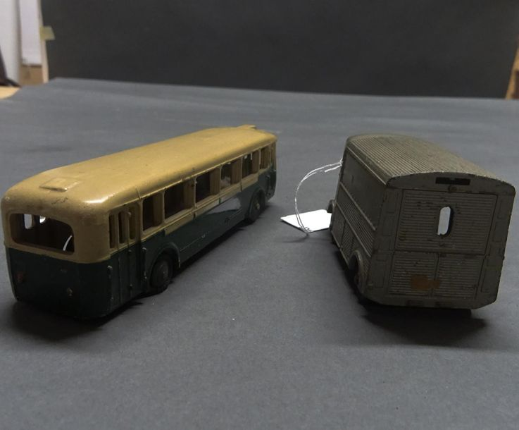 DINKY TOYS - FRANCE Lot comprenant : - fourgonnette Citroën 1200 K Meccano - autobus…