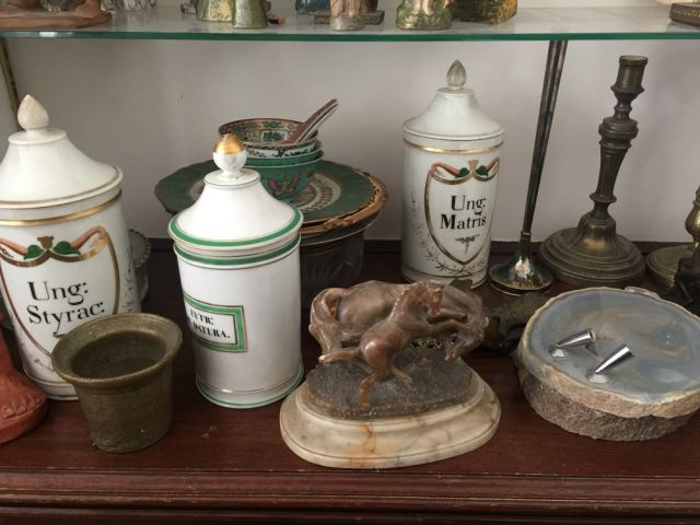Lot de bibelots : bougeoirs, pots à pharmacie, sculpture terre cuite, assiettes,…