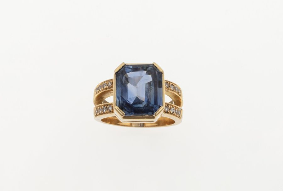 Sri Lankan sapphire weighing 9.59 carats approx, diamond and gold ring. Gemmological…
