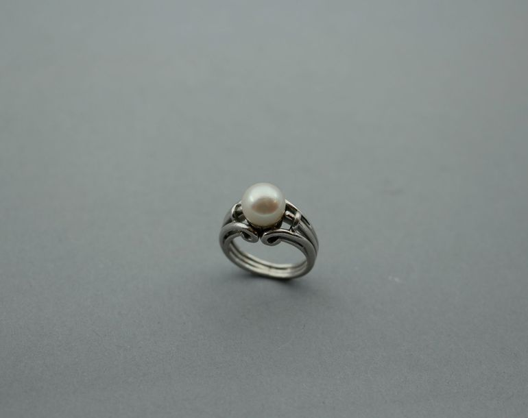 Bague en or gris surmontée d'une perle de culture TDD 47 PB : 8,8gr. On y joint …
