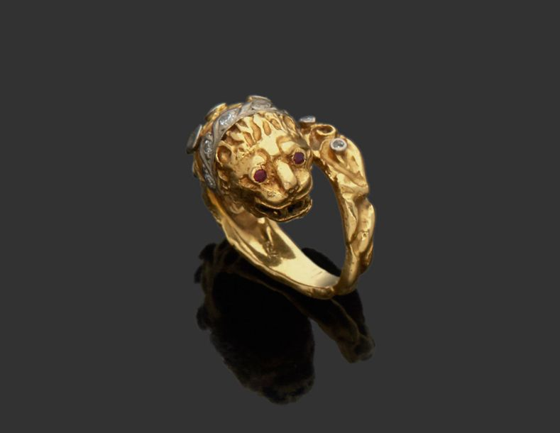 Bague en or jaune 18K (750) ciselé d'un lion clouté de diamants taillés en brill…