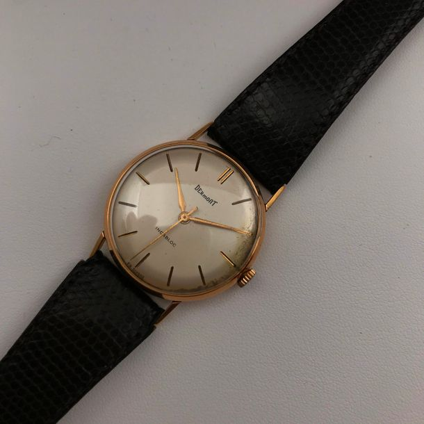 A yellow gold wriswatch by DERMONT Diamètre : 31 mm