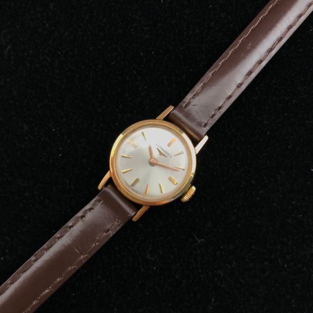 A yellow gold wriswatch by Longines. Poids brut : 8,1 g Diamètre : 18 mm