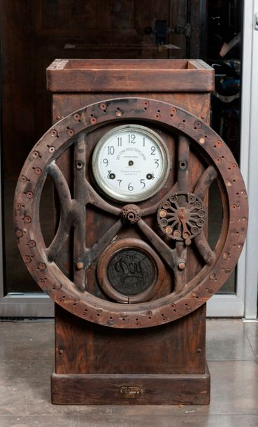 Machine à pointer «Dey Time Registers LTD», vers 1910.  Haut. : 75 cm - Larg. :…