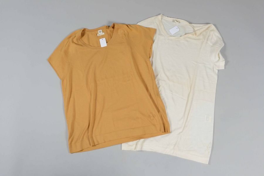 HERMES Paris Made in Italy  Lot de deux tee-shirts, l'un en cachemire, l'autre coton…